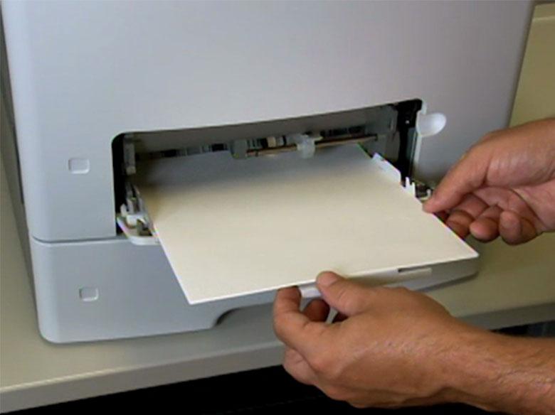 Cargue papel con cabecera