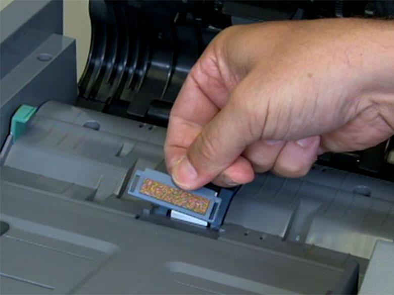 Extraiga el rodillo de carga de papel del alimentador automático de documentos usado