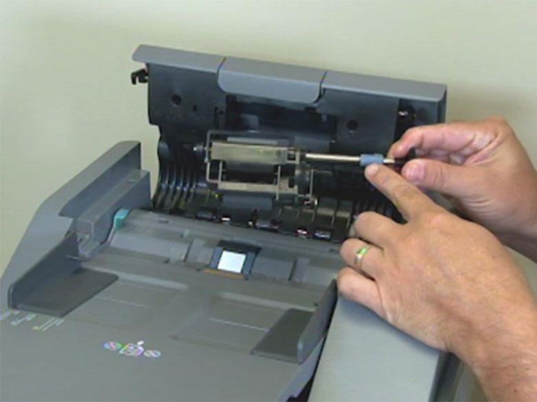 Instale el nuevo conjunto del rodillo de carga de papel del alimentador automático de documentos