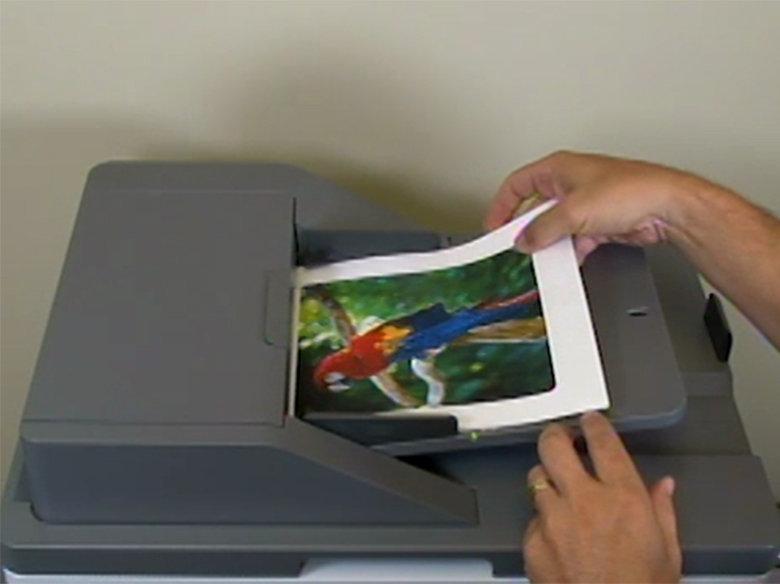 Cargue el documento boca arriba en el alimentador automático de documentos
