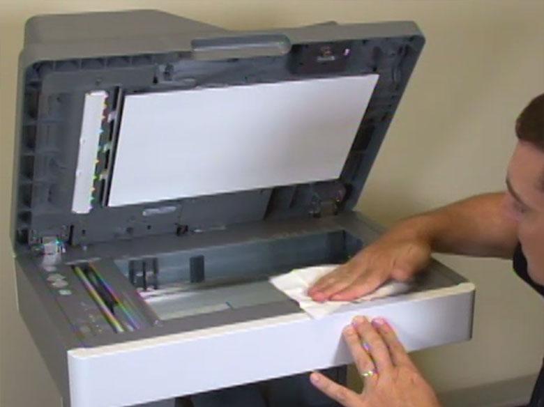 Seque el cristal del escáner con un paño que no suelte pelusa