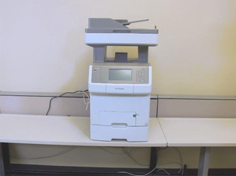 Alinhe a impressora com a bandeja opcional.