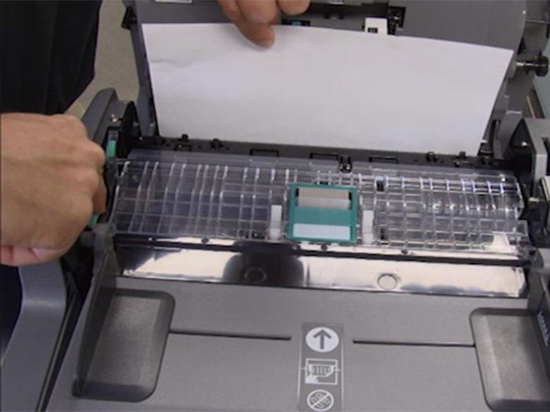 Remova o papel atolado do alimentador automático de documentos
