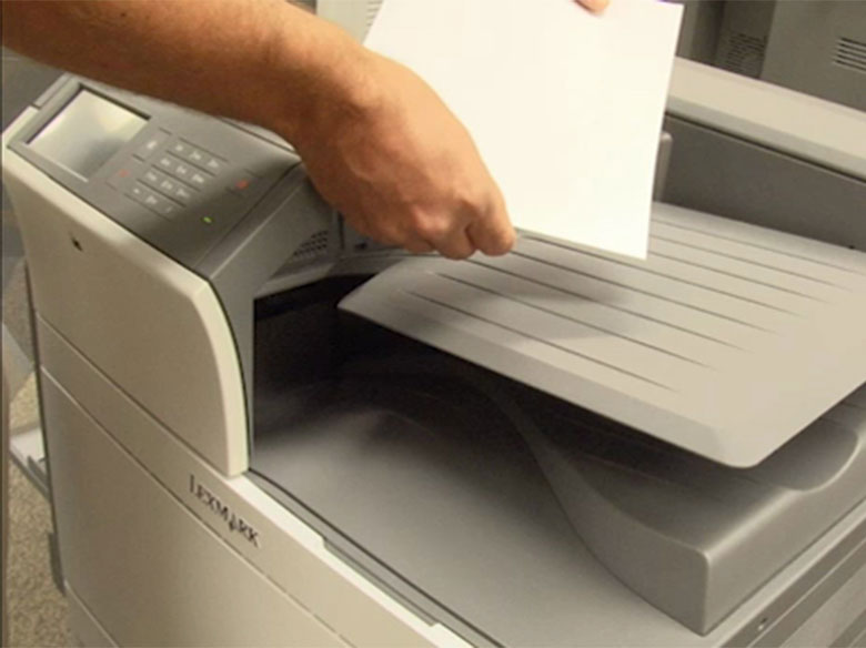 Retirer le papier coincé du réceptacle de sortie
