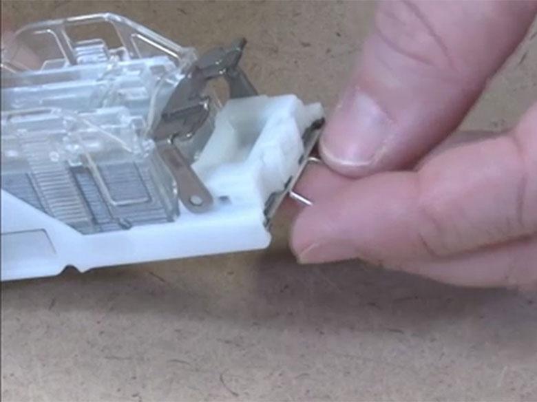 Retirar las grapas atascadas o sueltas