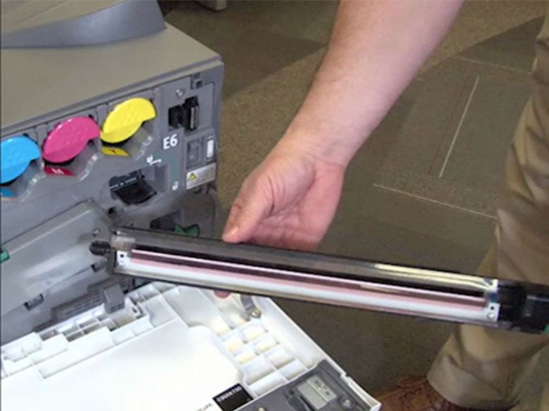 Remova o limpador da correia de transferência
