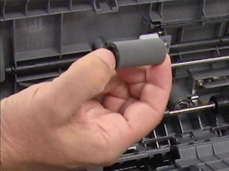 Introducir los nuevos rodillos de carga y sustituir el clip de bloqueo