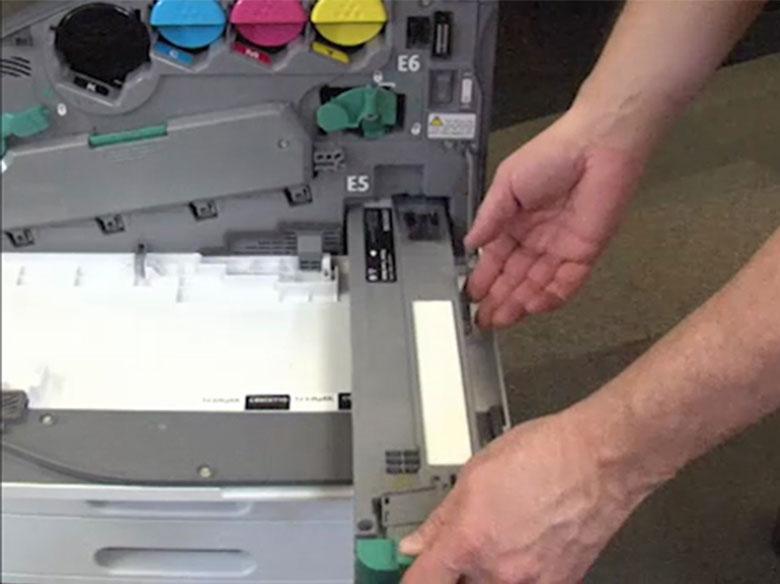 Retire el contenedor de tóner de desecho usado.