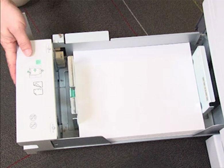 Ajuste a guia de comprimento e carregue o papel