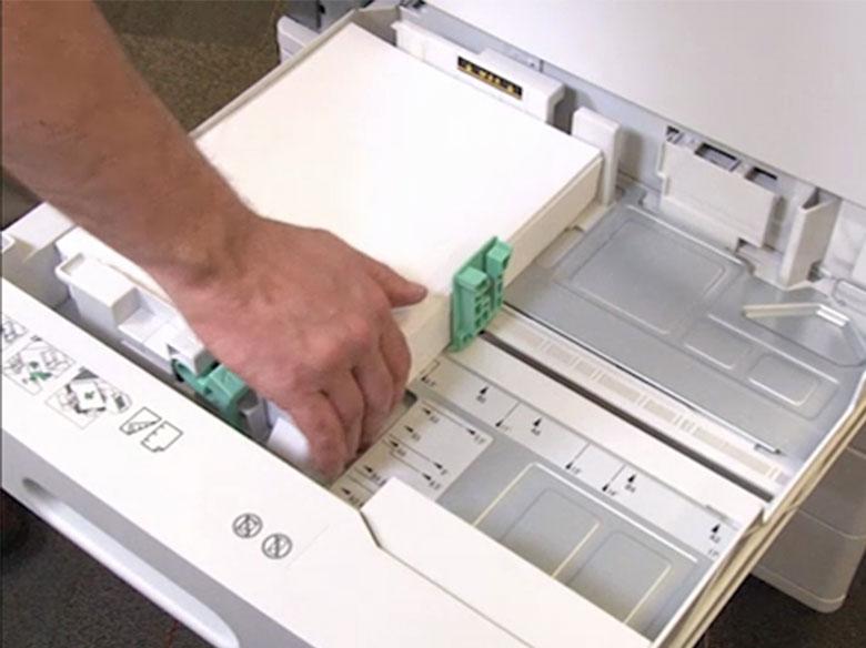 Cargar el papel para la impresión de borde largo