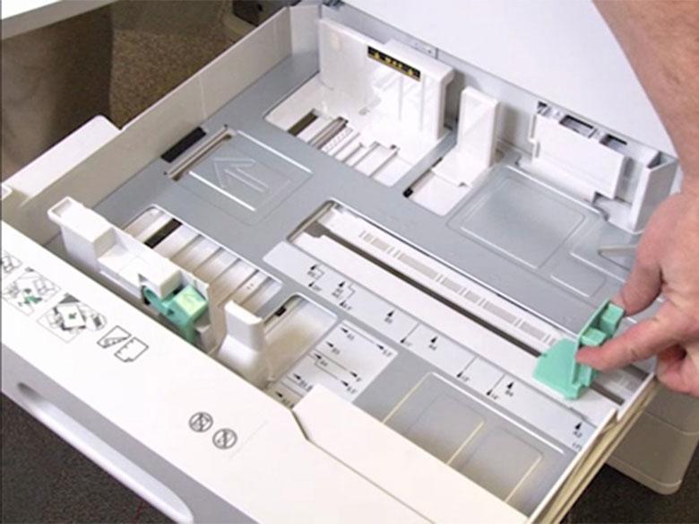 Abrir la bandeja y ajustar la anchura y la longitud de las guías del papel