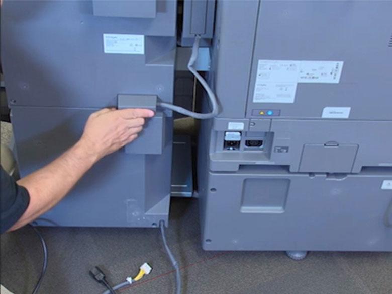 Effectuer les raccordements électriques de l'unité de finition standard