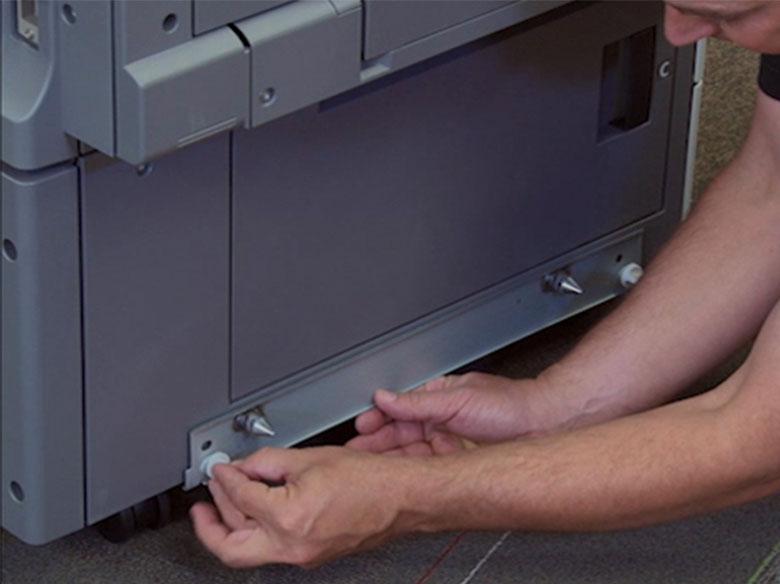 Montar la abrazadera de acoplamiento del alimentador de alta capacidad