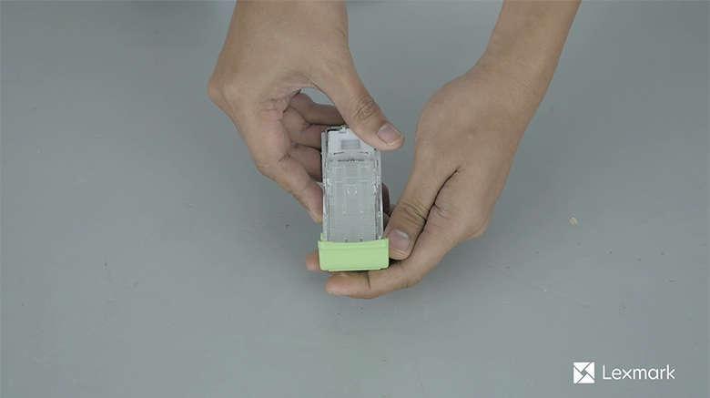 Setzen Sie den neuen Heftklammerkassettenhalter ein