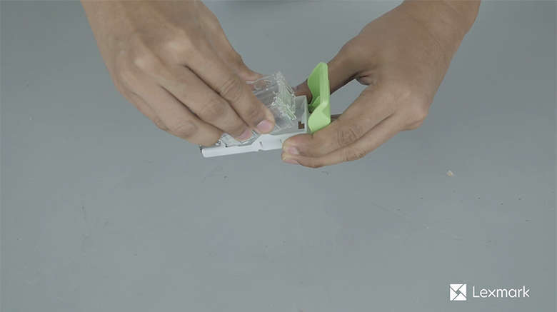 Setzen Sie die neue Heftklammerkassette ein