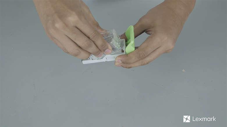 Entfernen Sie die Heftklammerkassette