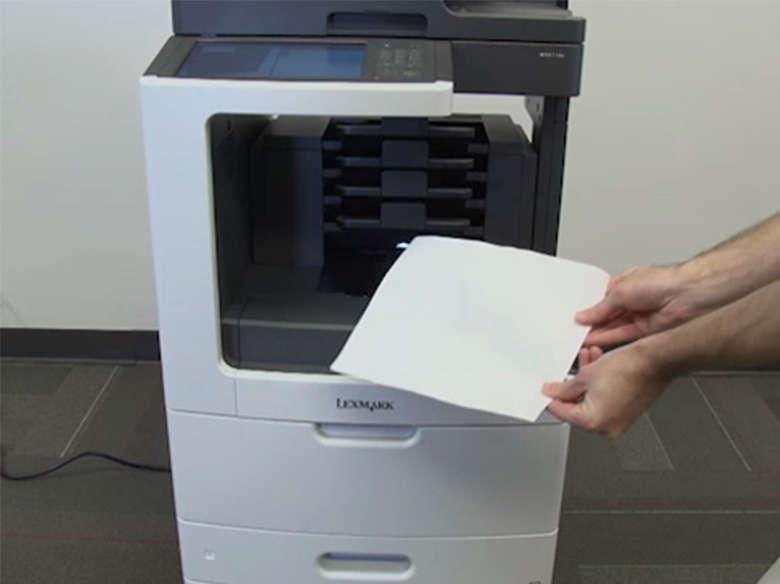 Extraiga los atascos de papel de la bandeja de salida.