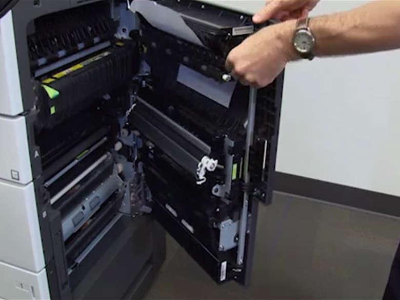 Retire el papel atascado de la puerta C y la bandeja estándar