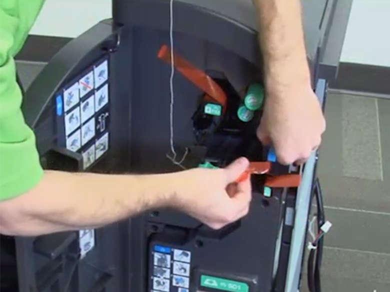 Remover a fita e a embalagem do interior do encadernador