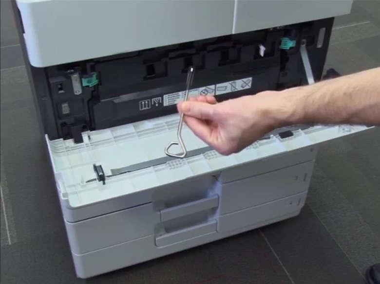 Instale o suporte de montagem da impressora