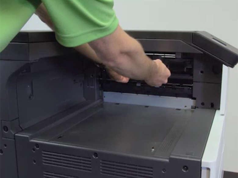 Preparare la stampante per l'installazione del fascicolatore