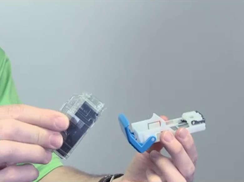 Substituir do cartucho de grampos no encadernador e perfurador