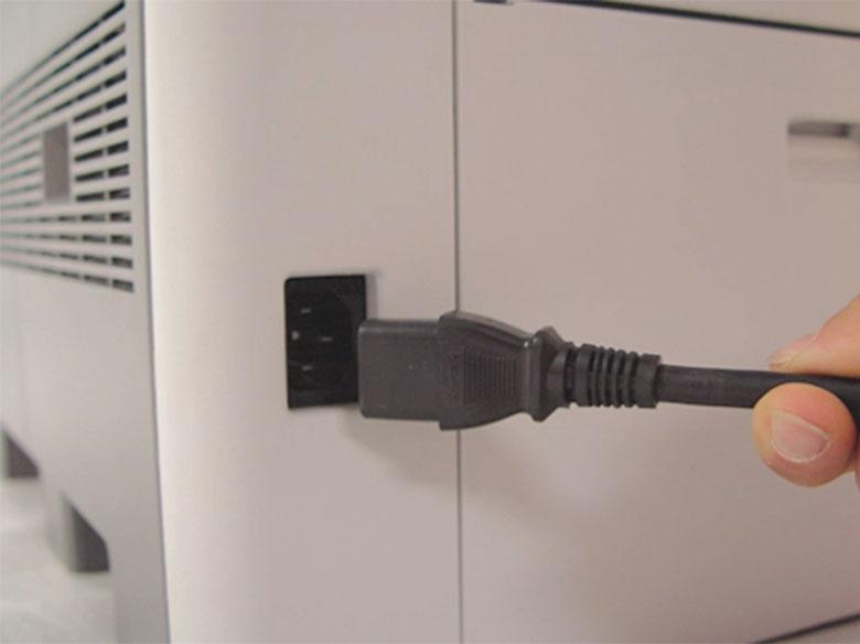 Monte el cable de alimentación