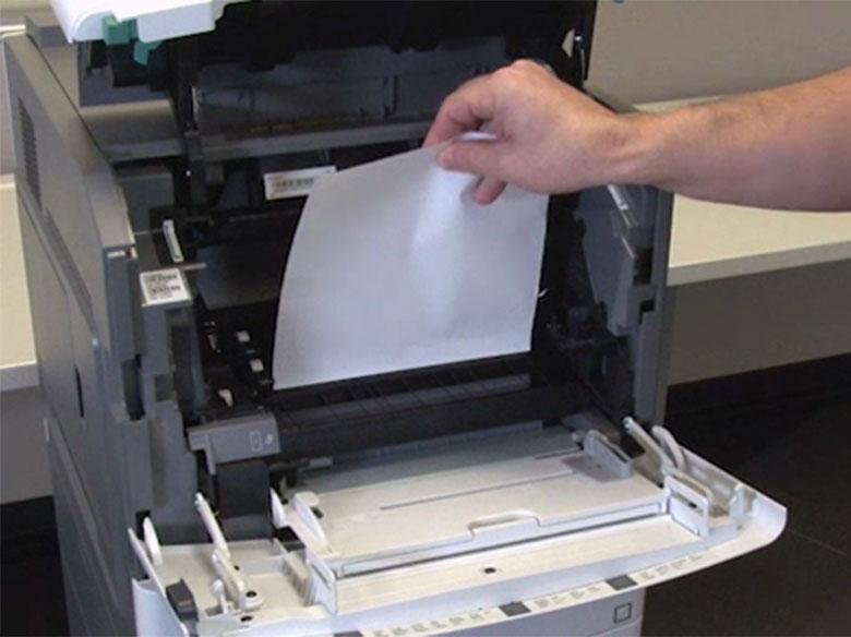 Retire el papel atascado