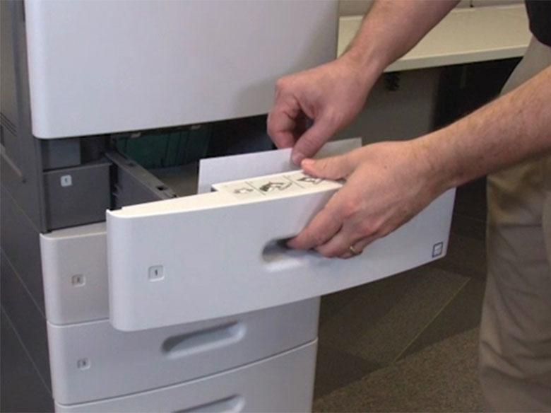 Extraiga la bandeja especificada y, a continuación, retire el papel atascado