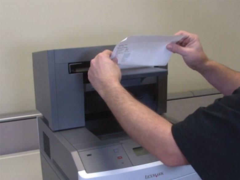 Retirar el papel atascado de la bandeja de salida o del clasificador StapleSmart