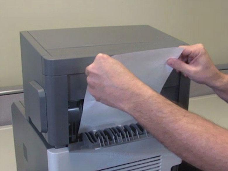 Retirer le papier coincé à partir de l'arrière de l'imprimante