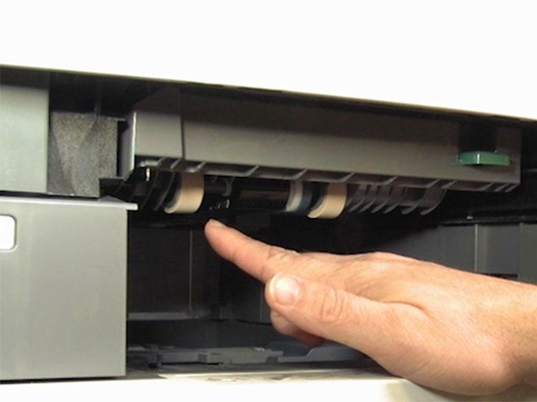 Extraer el rodillo de carga de papel