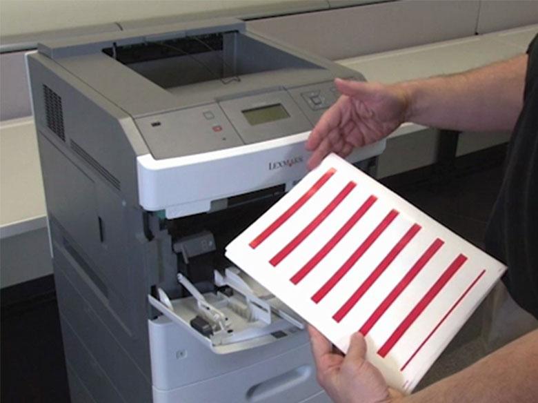 Cargar el papel para la impresión por una sola cara