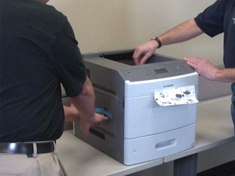 Retirer toute la bande de l'extérieur de l'imprimante