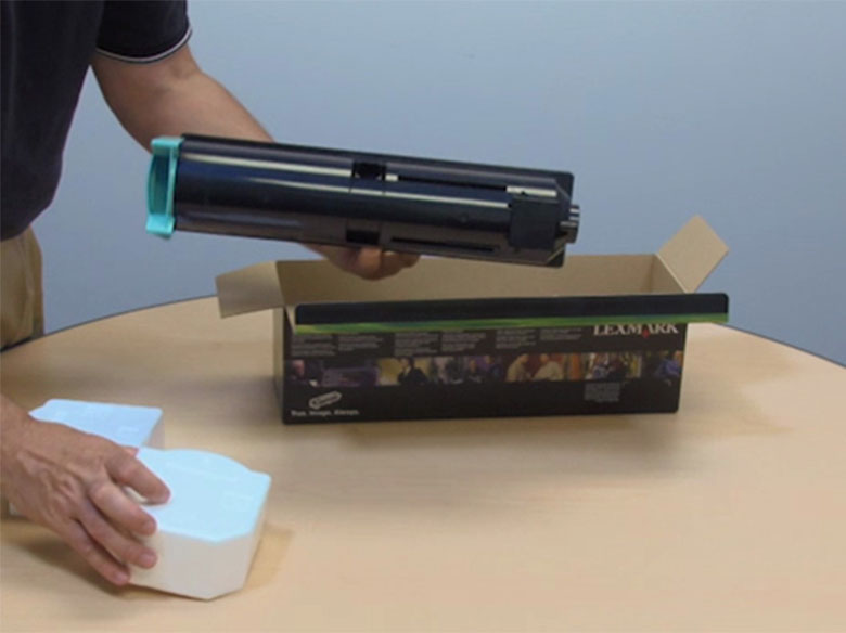 Estrarre la cartuccia di toner dalla confezione.